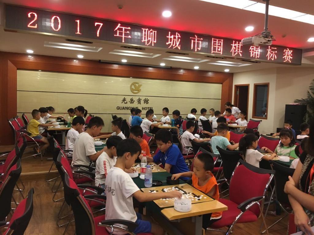 8月12日聊城市400余名围棋小运动员齐聚聊城市光岳宾馆,展开了一场精彩而激烈的围棋赛事。其中有的孩子意气风发、志在必得,也有的黯然失色、悄悄落泪,总体来讲孩子们的收获颇多,期待他们的下次精彩瞬间……